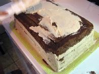Še boljše pa je, da ne pozabiš, da si hotel torto nafilati samo enkrat, ker si iz zgornjega oblata izrezal okvir.