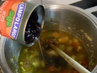 Dodajanje cele konzerve rjavega fižola.