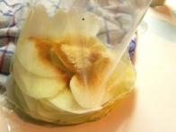 Potem jih daš v vrečko skupaj z žlico olja in začimbami.