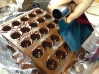 Odstranjevanje odvečne čokolade z lopatko