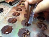 Zapiranje pralin s temperirano čokolado