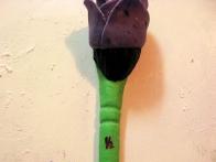 Malo fondanta sem obarvala črno, iz njega sem oblikovala čopič, še gibljive izrezane listke pa sem prerezala na pol in jih z malo vode prilepila na čopič.