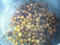 Dodajanje lešnikov v sladkorni sirup.