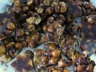 Nadrobljeni lešniki v karameli.