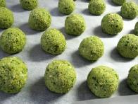 Iz mase oblikuj kroglice, položi jih na s peki papirjem obložen pekač in jih za nekaj ur, največ pa čez noč, pusti v hladilniku.