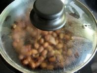 Po treh minutah kuhanja vse skupaj pokrij in pusti, naj 10 minut stoji.