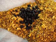 Pečena granola z nežveplanimi brusnicami.