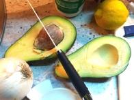 Avokado prereži na pol in odstrani peško.
