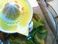 Avokadu dodaj limonin sok.