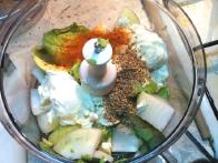 Dodaj čebulo, kislo smetano, sol, kajenski poper in strt koriander.