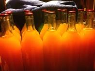 In toploto sevajoča vojska hruškovega soka naslednje jutro. Vidite, kako se je gladina soka spustila do začetka vratu steklenice?
