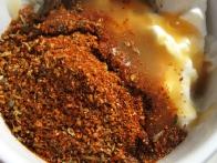 ... in začimbe s pikantno omako ter dobro premešaj.