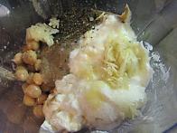 Čičerika, tahini, jogurt, kisla smetana, limonin sok, sol in poprova meta ...