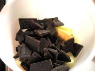 Čokolado nalomi na koščke, maslo nareži na večje kose.