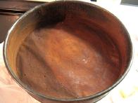 Pekač premaži z maslom in posuj s kakavom v prahu.