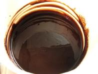 Čokolado in maslo premešaj, da dobiš enakomerno zmes.