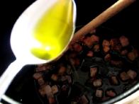... ji dodamo olivno olje ...