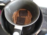 Topljenje čokolade (dodala temno čokolado, 55 % kakava je premalo :))