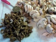Nasekljaj šampinjone in odcejane jurčke in pripravi žličko timijana.