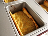 Pečene ladjice previdno vzamemo iz modelčkov in jih obložimo s pečenimi paradižnički.