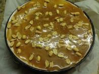 Ledenko prelij s karamelnim prelivom in potresi z arašidi.