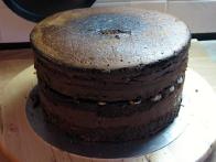 Ohlajena torta, pripravljena na obrezovanje.