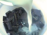 Z vrelo mešanico prelijemo nakoščkano čokolado.