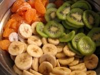 Narezano sadje za v torto (ja, krhlje mandarin sem olupila).