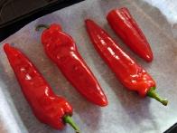 Oprane paprike pred pečenjem.