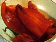 Olupljene pečene paprike.