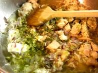 Zalivaj z zelenjavno juho, dokler riž ni skoraj kuhan.