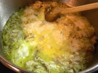 Zdaj dolij sladko smetano in dodaj pehtran, kuhaj še par minut, da se riž skuha.