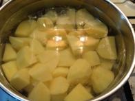 Olupljen in narezan krompir skuhaj v slanem kropu.