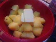 Odcejenemu dodaj maslo, mleko in sol.