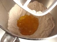 Jajčno mešanico vlij v jamico na sredi moke.