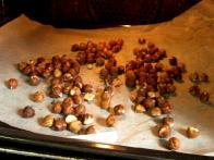 Vmes odpri pečico in lešnike malo premešaj, da se ne bodo zažgali.
