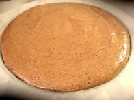 Tako pripravljen pekač daj za 15 minut v pečico. Ko je pečen, testo skupaj s peki papirjem dvigni iz pekača, pekač pa pod mrzlo vodo na hitro ohladi, da ga lahko ponovno obložiš in daš peči nov oblat.