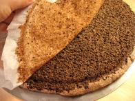Pečeno testo postavi z zgornjo stranjo postavi na tortno ploščo in odlupi peki papir.