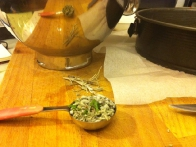 Na trakove narezan žajbelj (nisem imela dovolj svežega, tako da sta obe vrsti, suha in sveža).