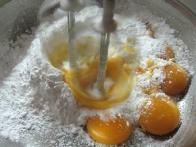 Rumenjake in sladkor na hitro zmiksamo ...