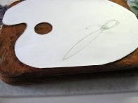 Na papir sem narisala obliko torte (slikarsko paleto), obliko sem izrezala in jo postavila na torto.