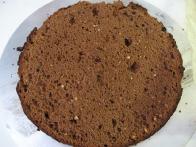 Oblat čokoladne torte fino namočimo z višnjevim sokom.