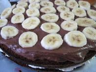 Prekrivajoči namočeni oblat prekrijemo s čokoladno kremo (tartufi) in bananami.