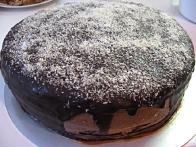 Ohlajena torta, pripravljena na razrez.