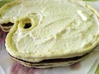 Nato sem znotraj maslene obrobe namazala sladko smetano.