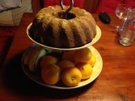 Torta preizkuša svoje bodoče servirno mesto. Bo, ja, super bo! :)