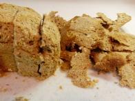 Brezskorjeni in na šest debelih rezin narezani ovseni hlebček.