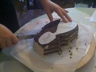 Postavimo šablono čevlja na torto ...