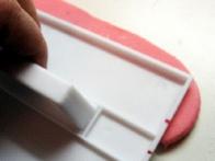 Na likalniku sem si označila debelino traku in obrezala še zgornji del traku.