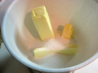 Maslo in polovico sladkorja v pripravljenosti.